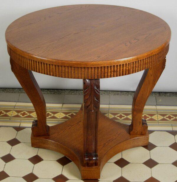 Runder Tisch mit vier Säulen