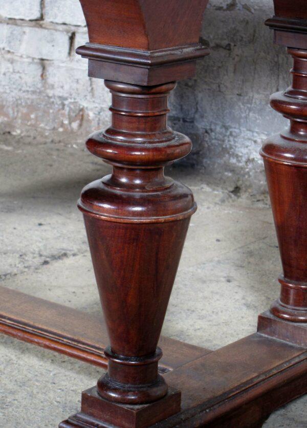 Couchtisch mit vier Säulen