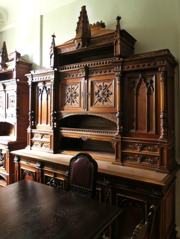 Zwei Buffets im neogotischen Stil