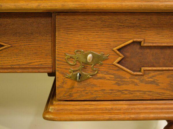 Restaurierter Schreibtisch mit Zopfsäulen