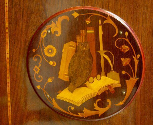 Riesiger Bücherschrank mit geschnitzten Köpfen