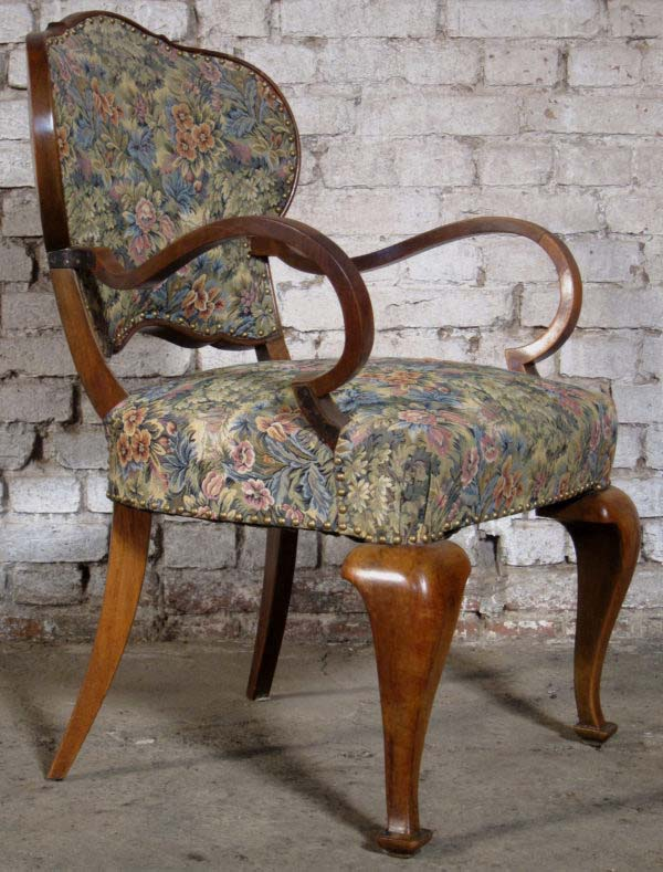 Zwei Sessel mit geschwungenen Beinen