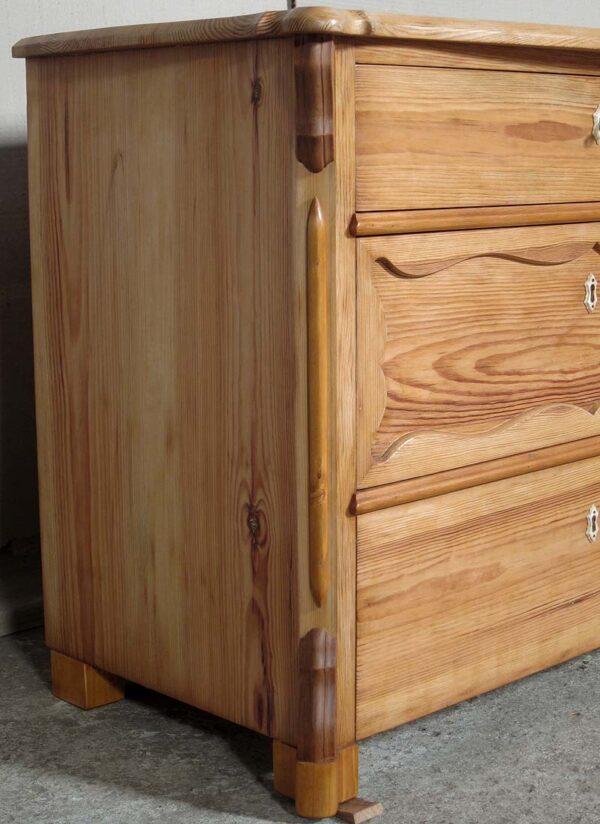 Restaurierte Kommode aus Weichholz