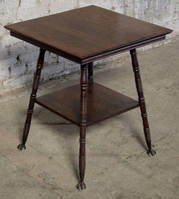Kleiner Tisch mit Metallfüßen