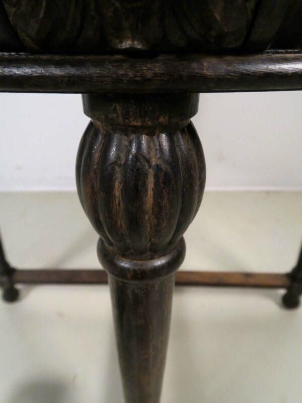 Runder Gründerzeit Tisch mit vier plastischen Köpfen
