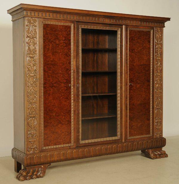 Dreitüriger Bücherschrank mit Glasscheibe