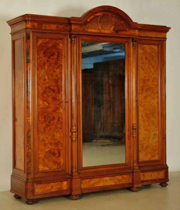 Gründerzeit Kleiderschrank mit kannelierten Säulen