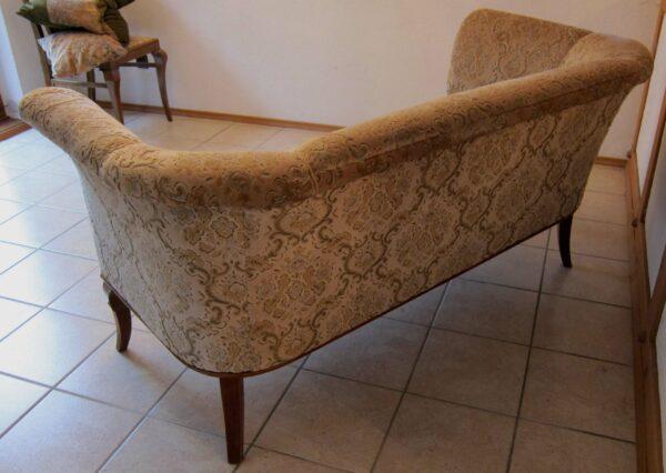 Sofa mit geschwungenen Beinen